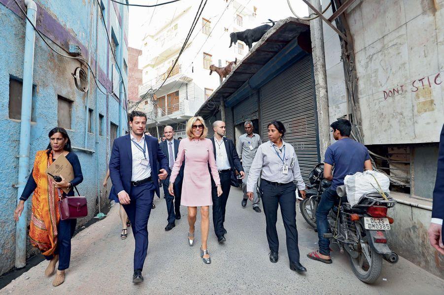 Brigitte Macron après la visite du marché de Dilli Haat à New Delhi, le 10 mars.