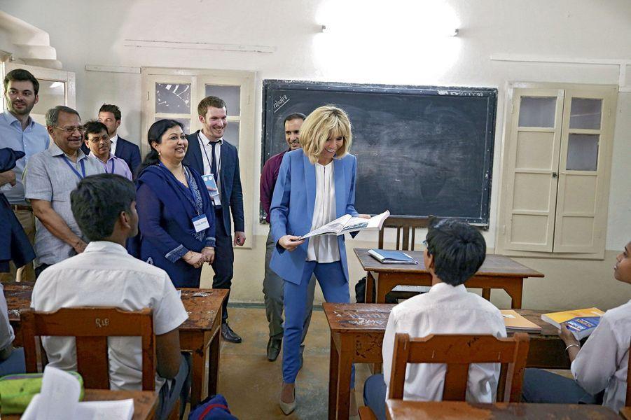 Brigitte Macron à l'école Sunbeam Varanasi, à Bénarès, le 12 mars.