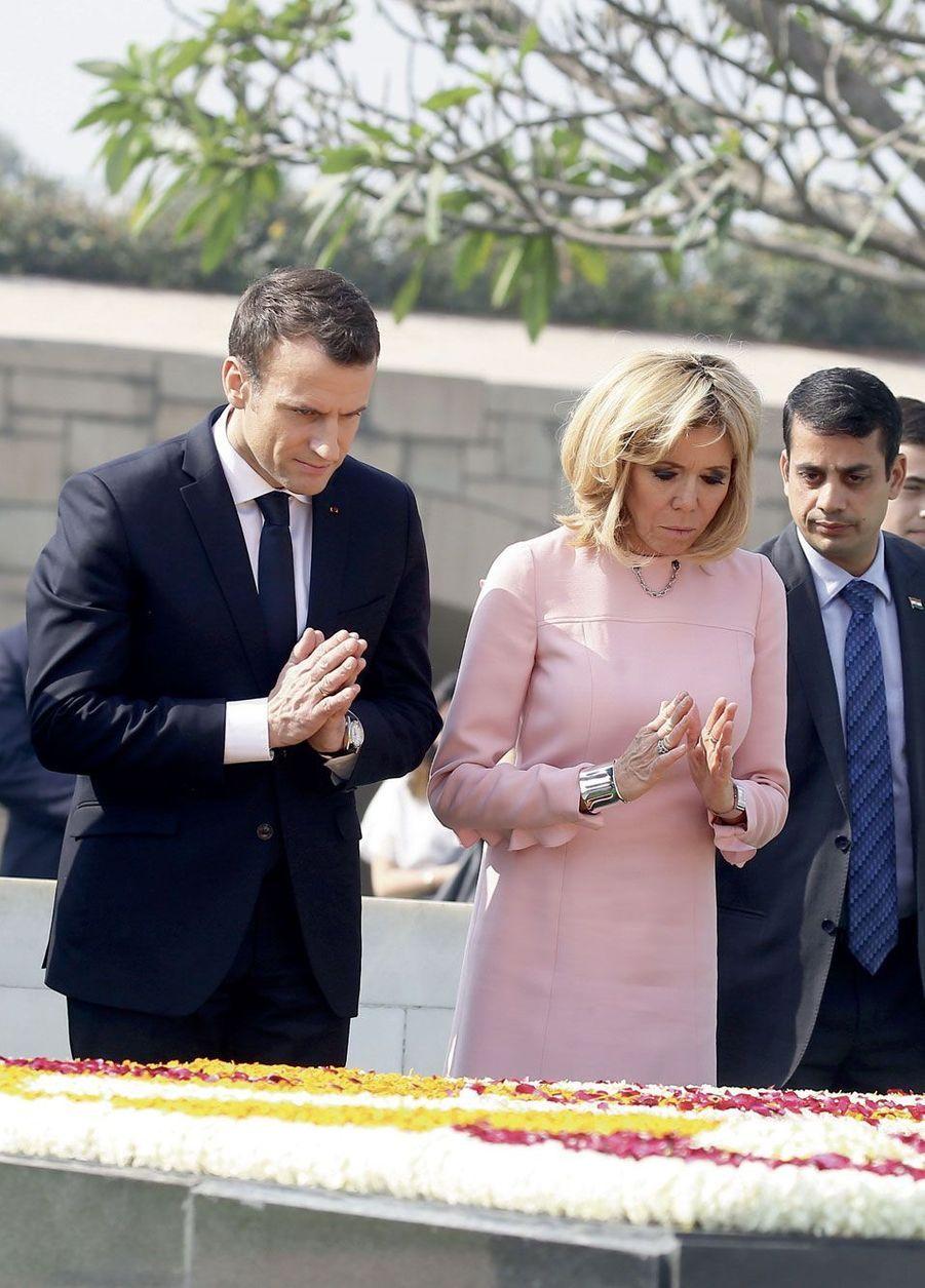 Emmanuel et Brigitte Macron se recueillent devant le mausolée de Gandhi à New Delhi, le 10 mars.