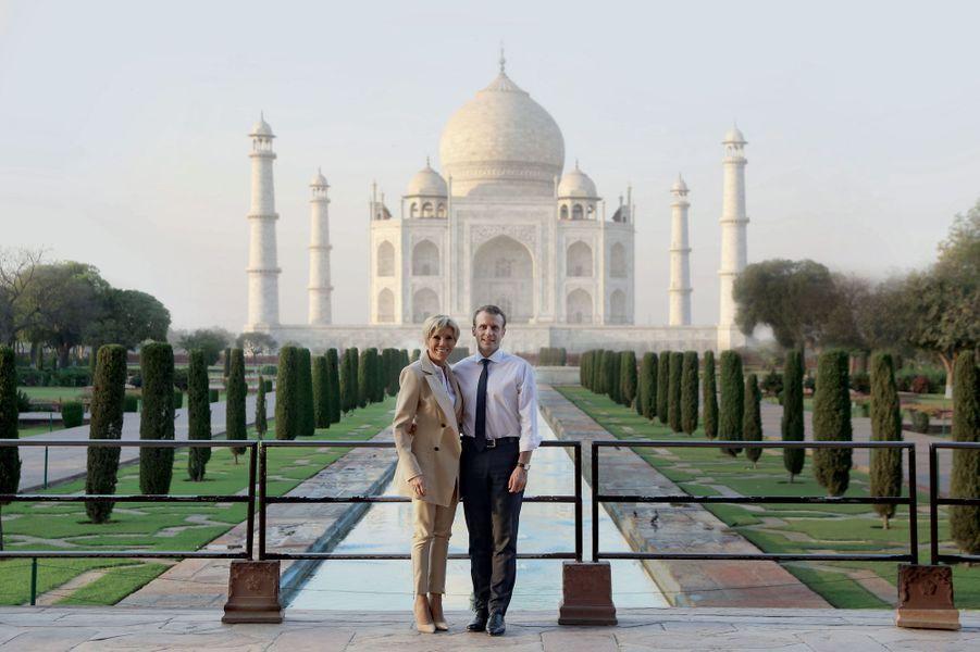 Escapade romantique à la tombée du jour au Taj Mahal le 11 mars pour Emmanuel et Brigitte Macron.