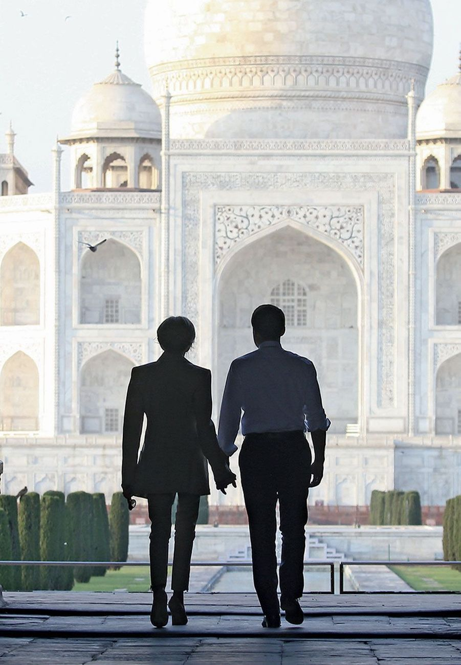 Emmanuel et Brigitte Macron se dirigent vers le mausolée de marbre blanc.