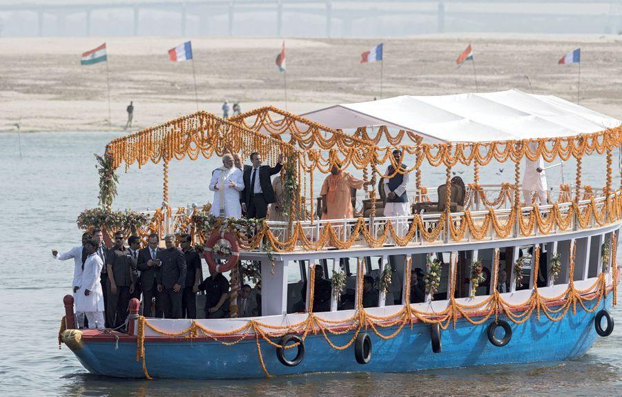 Emmanuel Macron lors d'une croisière d'une demi-heure sur le Gange, le 12 mars.