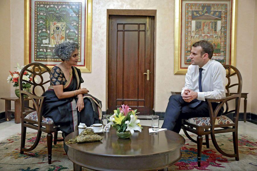 Emmanuel Macron en tête-à-tête avec la romancière Arundhati Roy, le 12 mars. L'auteure du «Dieu des petits riens» est aussi une opposante politique.