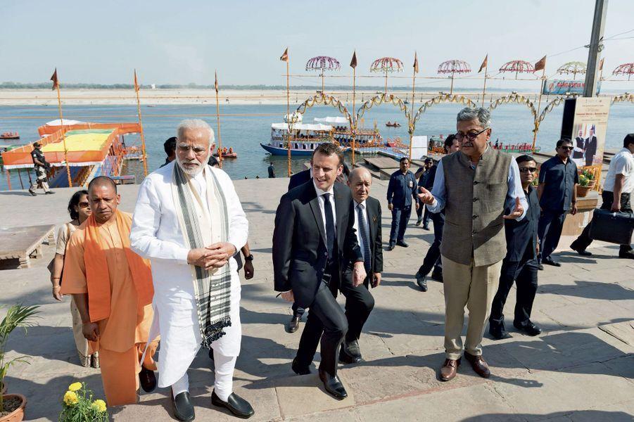 Sur les berges du fleuve, Emmanuel Macron au côté de Narendra Modi (en blanc) et de Jean-Yves Le Drian, le ministre des Affaires étrangères.