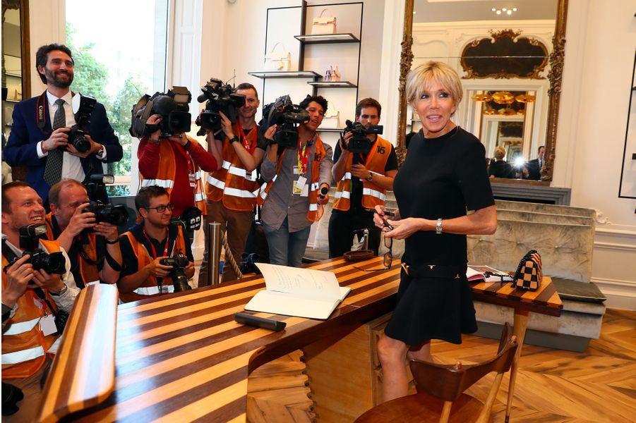 Brigitte Macron dans une boutique de la marque Delvaux à Bruxelles.