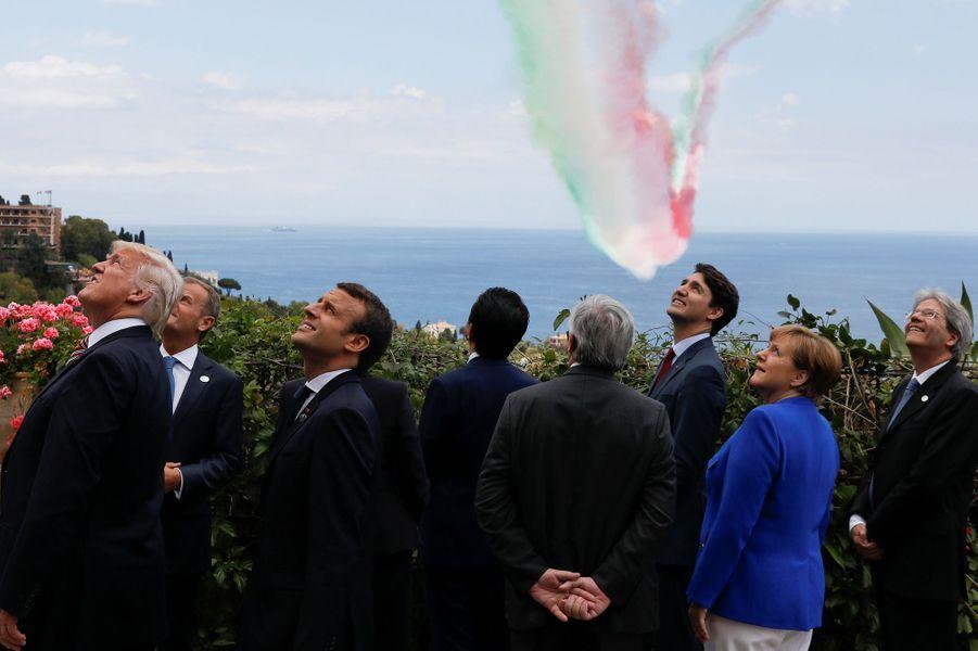 Les leaders mondiaux du G7 admirant un spectacle aérien.