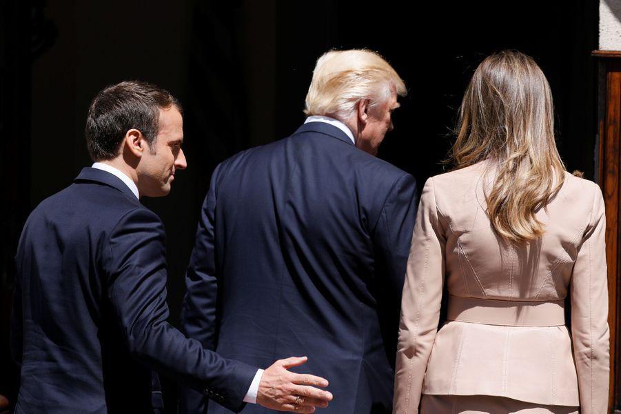 Emmanuel Macron avec Donald Trump et son épouse Melania jeudi à Buxelles.