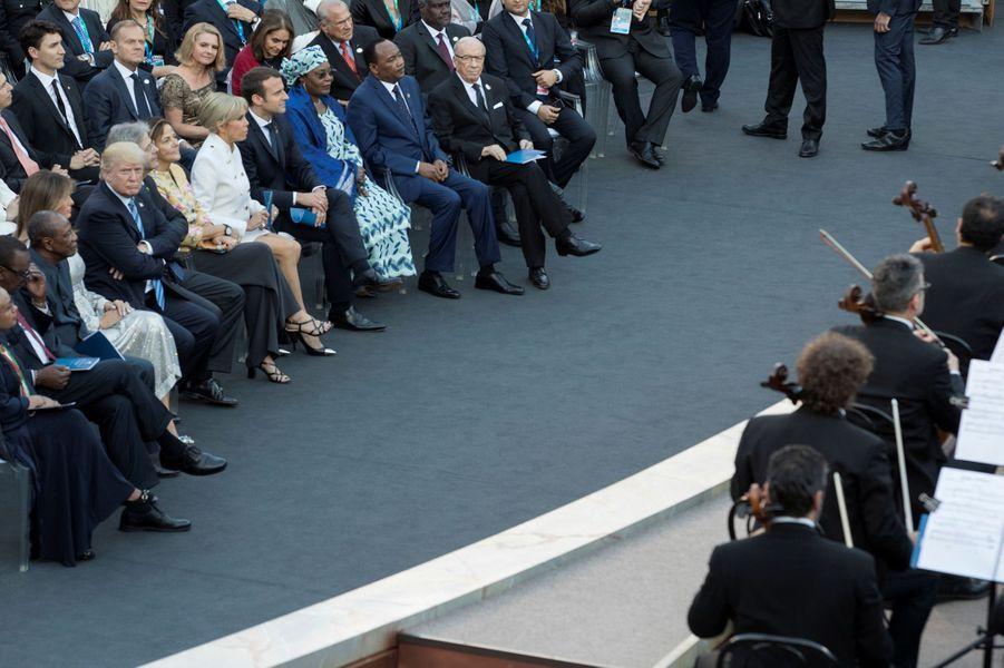 Les dirigeants du G7 et leurs époux et épouses assistent à un spectacle au théâtre antique de Taormine.