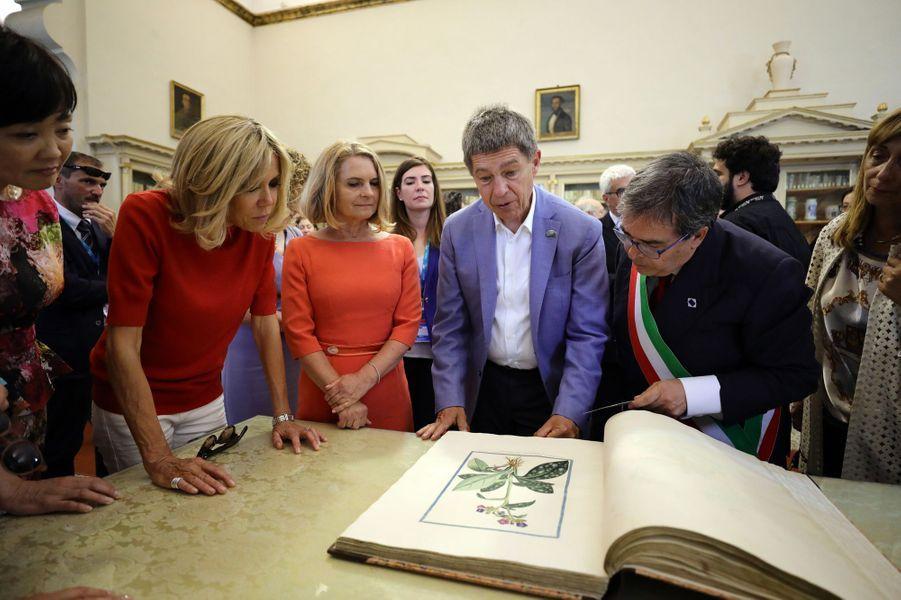 Les conjoints des chefs d'Etat du G7 en visite à la bibliothèque de Catane en Sicile.