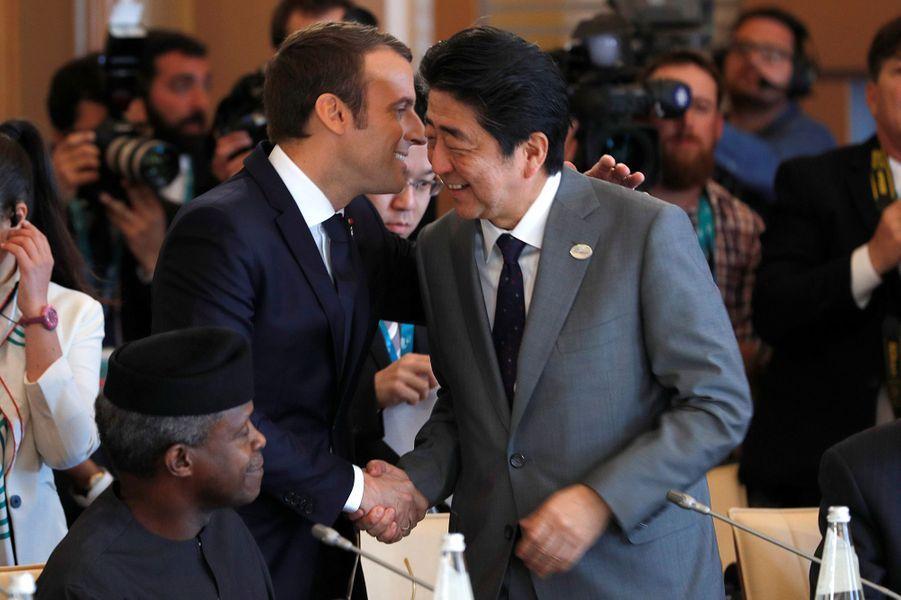 Emmanuel Macron échange avec Shinzo Abe au G7 de Taormine samedi.