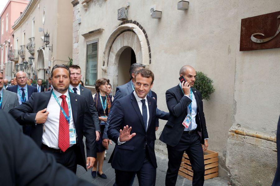 Emmanuel Macron dans les rues de Taormine après sa conférence de presse marquant la fin du G7.