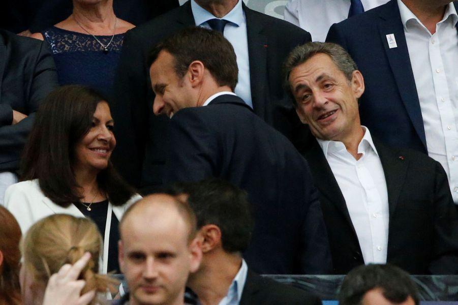 Emmanuel Macron salue Anne Hidalgo et Nicolas Sarkozy au stade de France pour la finale de la Coupe de France, samedi soir.