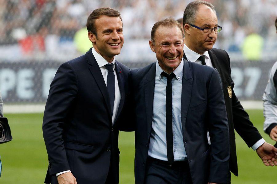 Emmanuel Macron et Jean-Pierre Papin samedi soir au stade de France pour la rencontre PSG- Angers.