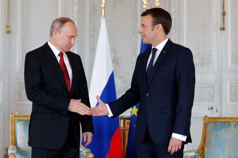 Poignée de mains entre Vladimir Poutine et Emmanuel Macron lundi à Versailles.