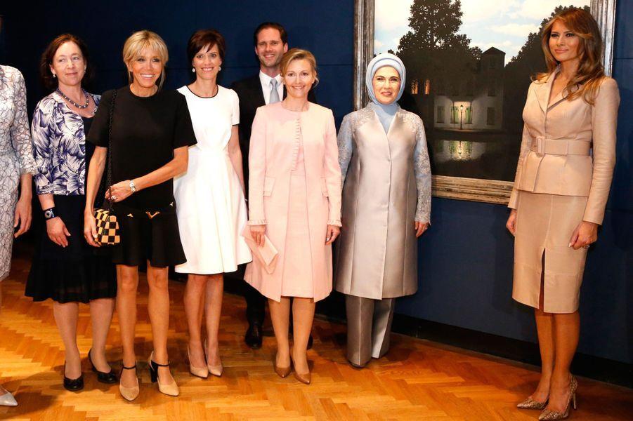 Visite du musée Magritte à Bruxelles pour les épouses et époux des chefs d'Etat et de gouvernement des Etats membres de l'Otan. L'occasion pour Brigitte Macron de rencontrer Melania Trump.
