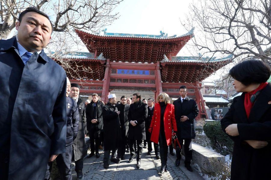 Emmanuel et Brigitte Macron visitent la Grande Mosquée de Xian, lundi.