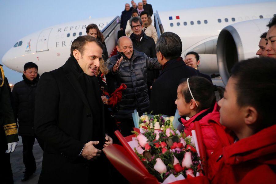 Emmanuel Macron et son épouse arrivent à Pékin.