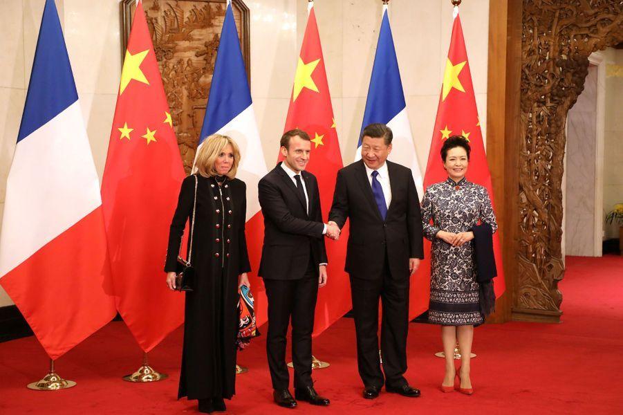 A Pékin, Emmanuel Macron et son épouse Brigitte rencontrent le président Xi Jinping et sa femme Peng Liyuan.