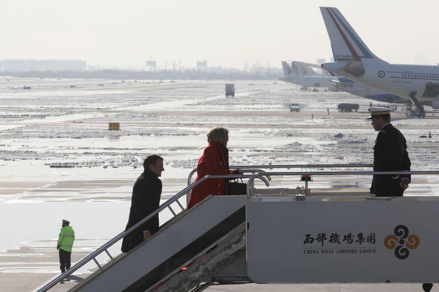 Emmanuel et Brigitte Macron quittentXian pour Pékin.
