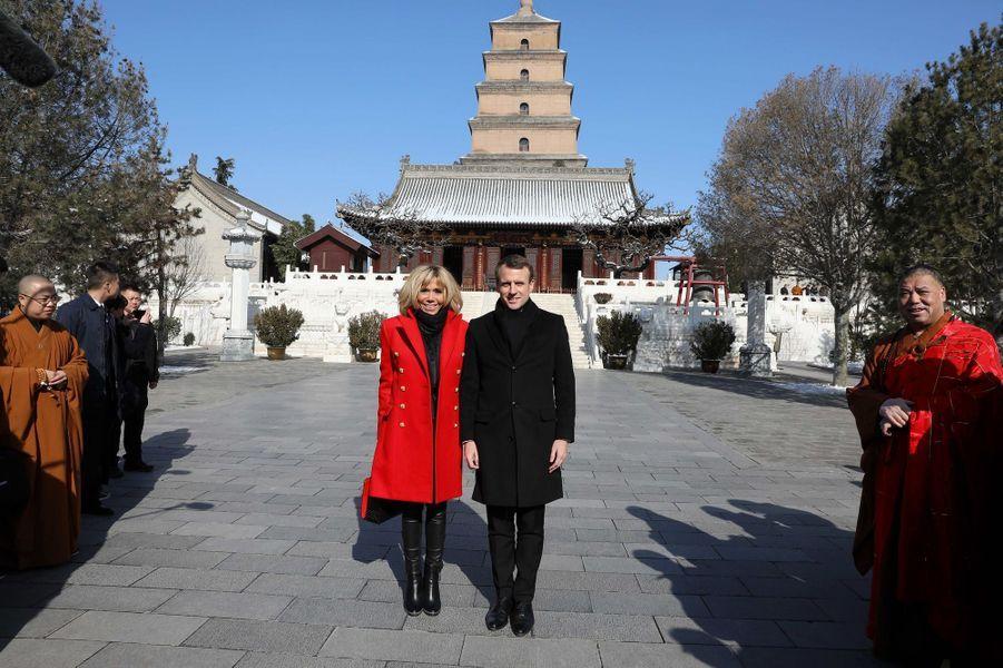 Emmanuel et Brigitte Macron posent devant la Grande pagode de l'oie sauvage de Xian.