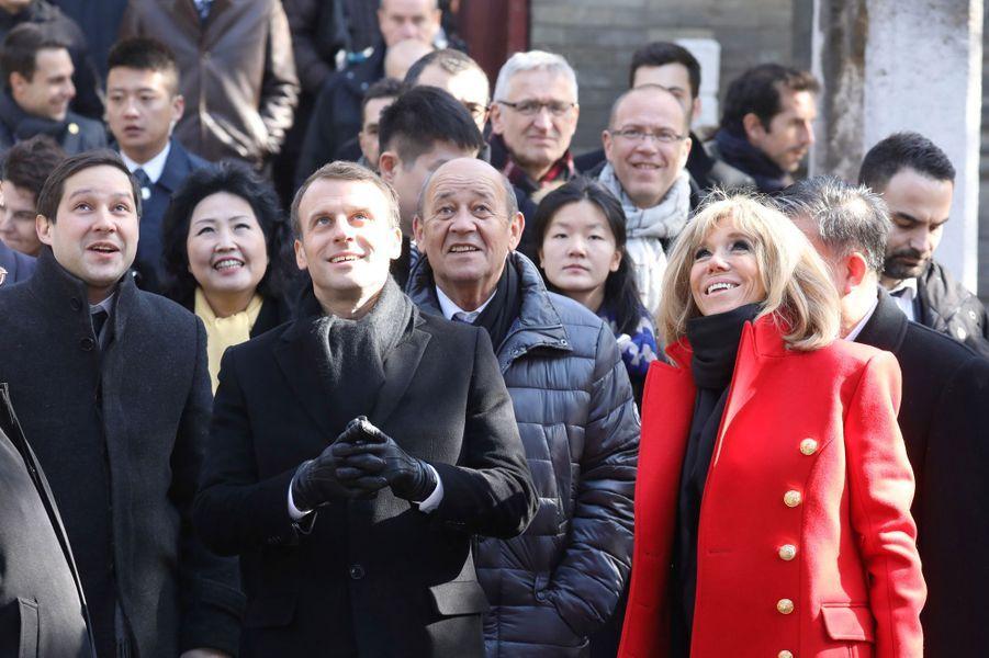 Emmanuel et Brigitte Macron lors de la visite de la Grande Mosquée de Xian, lundi.