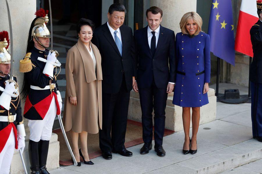 Le président chinois Xi Jinping et son épouse Peng Liyuan ont quitté la France ce mardi après-midi. Le couple présidentiel français les a accompagné sur le perron de l'Elysée. Brigitte Macron arborait une tenue aux couleurs de l'Europe.