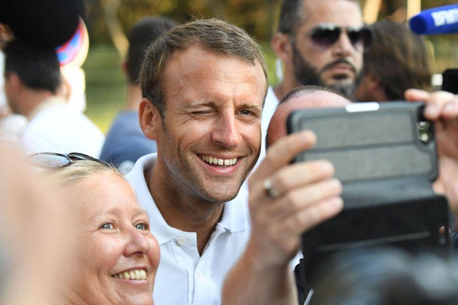 Accompagné de son épouse Brigitte, le président de la République Emmanuel Macron a pris un bain de fou au pied du fort de Brégançon (Var), mardi soir.