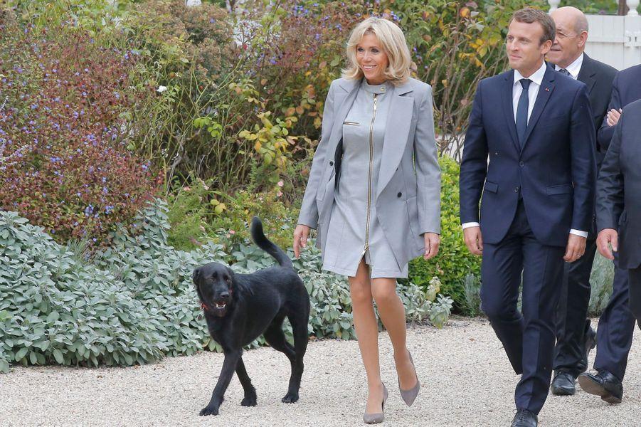 Emmanuel et Brigitte Macron et leur chien Nemo.