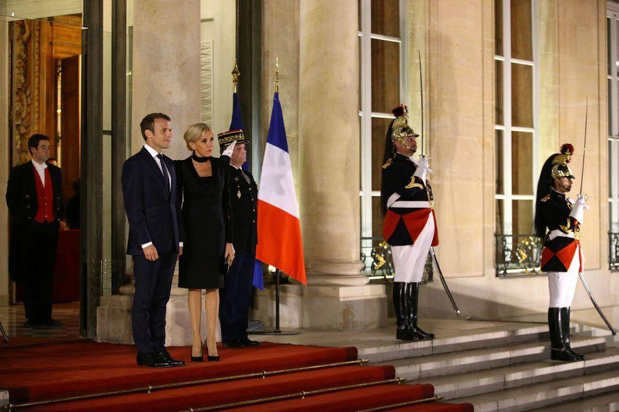 Brigitte et Emmanuel Macron sur le perron de l'Elysée, lundi soir.