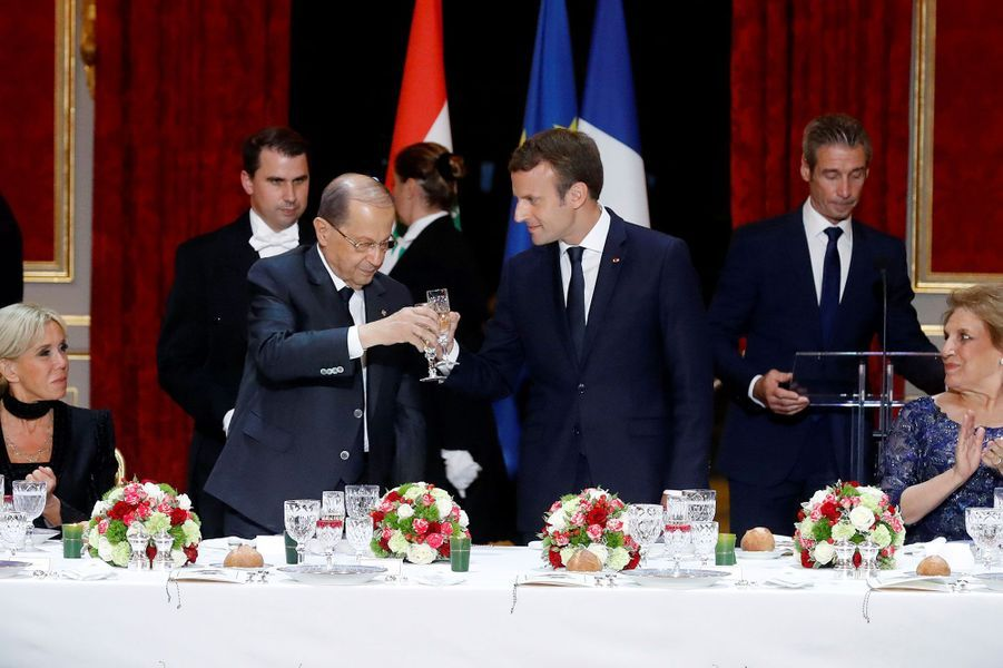 Emmanuel Macron et Michel Aoun portent un toast, lundi soir à l'Elysée.