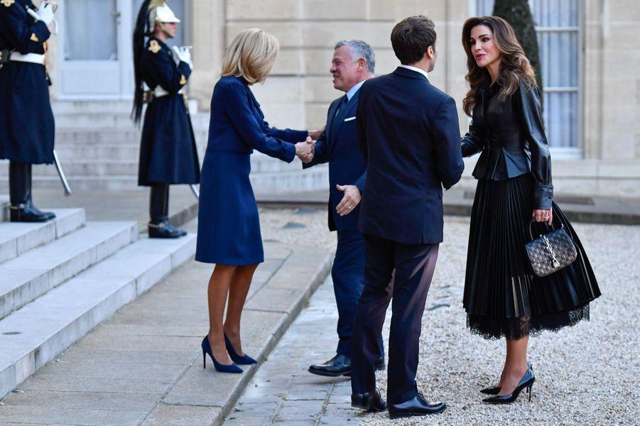Emmanuel Macron et son épouse Brigitte saluent le roi Abdallah II et la reine Rania de Jordanie, reçus à l'Elysée vendredi.