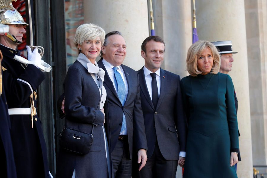 Emmanuel et Brigitte Macron à l'Elysée lundi avec François Legault,le nouveau Premier ministre du Québec, et sa femme Isabelle Brais.