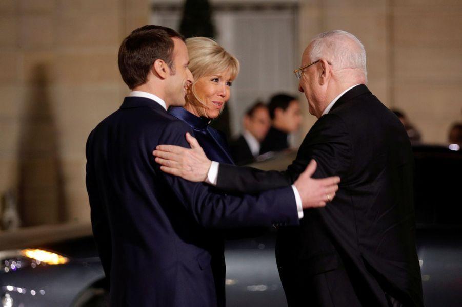Emmanuel et Brigitte Macron saluent le président israélien Reuven Rivlin.