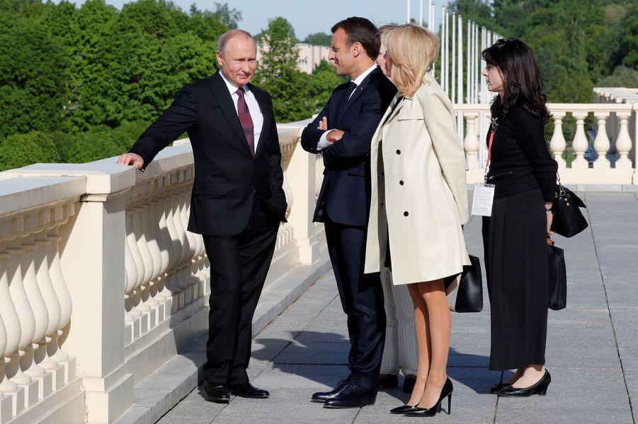 Vladimir Poutine accueille Emmanuel et Brigitte Macron au Palais Constantin.