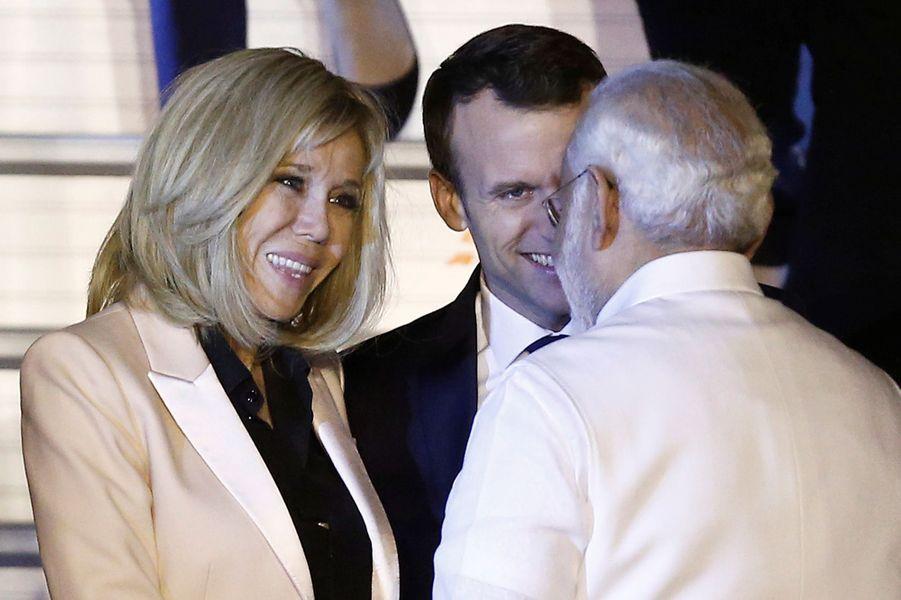 Emmanuel Macron et son épouse Brigitte accueillis par le Premier ministre Narendra Modi.
