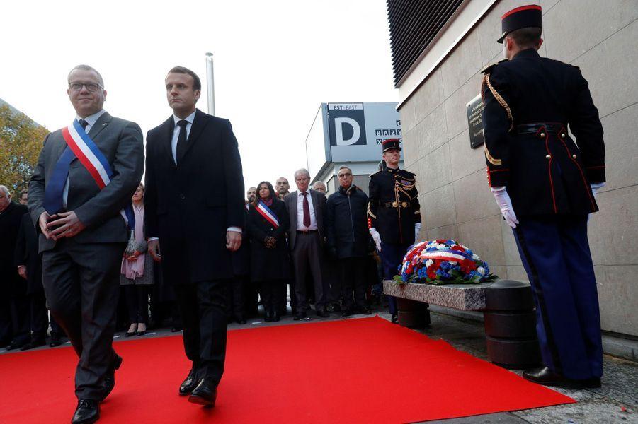 Le chef de l'Etat et le maire de Saint-Denis, Laurent Russier,au Stade de France, premiers des six lieux des attaques.