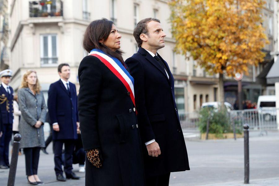 Emmanuel Macron et Anne Hidalgo lors des hommages devantLe Carillon et Le Petit Cambodge.