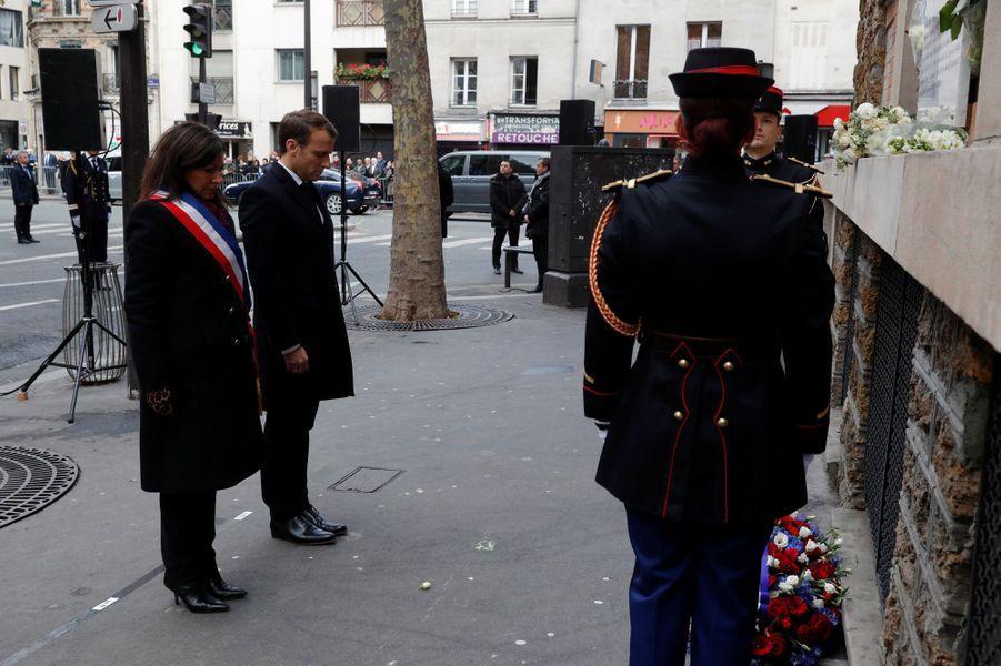 Emmanuel Macron et Anne Hidalgo observent une minute de silence devant La Belle Equipe.