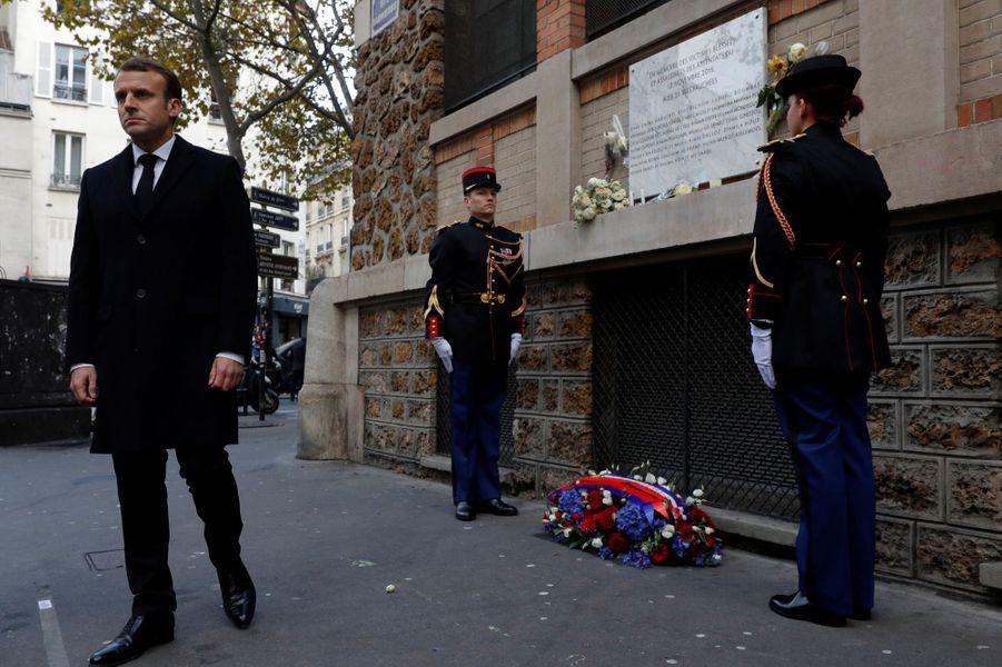Emmanuel Macron lors de l'hommage devant La Belle Equipe.