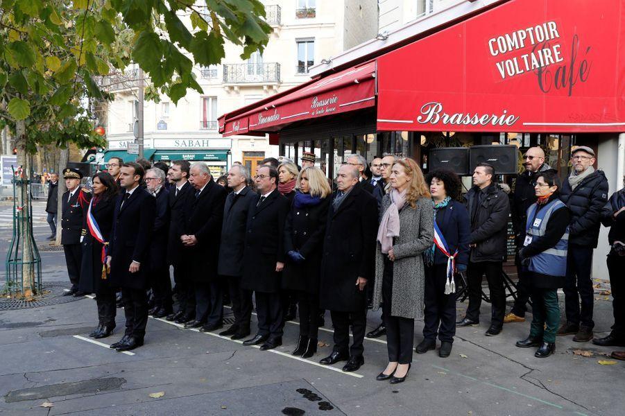 Emmanuel Macron et Anne Hidalgo lors de l'hommage devant le Comptoir Voltaire, en compagnie deFrancois de Rugy, François Hollande, Brigitte Macron, Gerard Collomb et Nicole Belloubet.