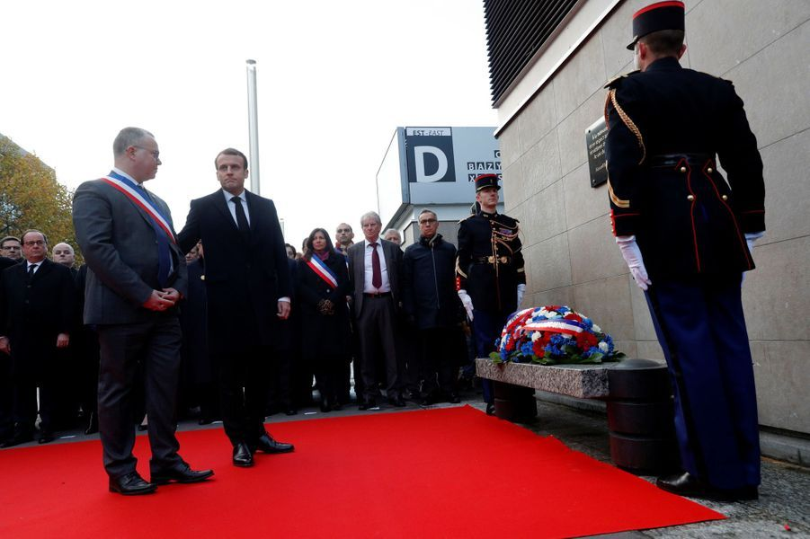 Le chef de l'Etat etle maire de Saint-Denis, Laurent Russier,au Stade de France, premiers des six lieux des attaques.
