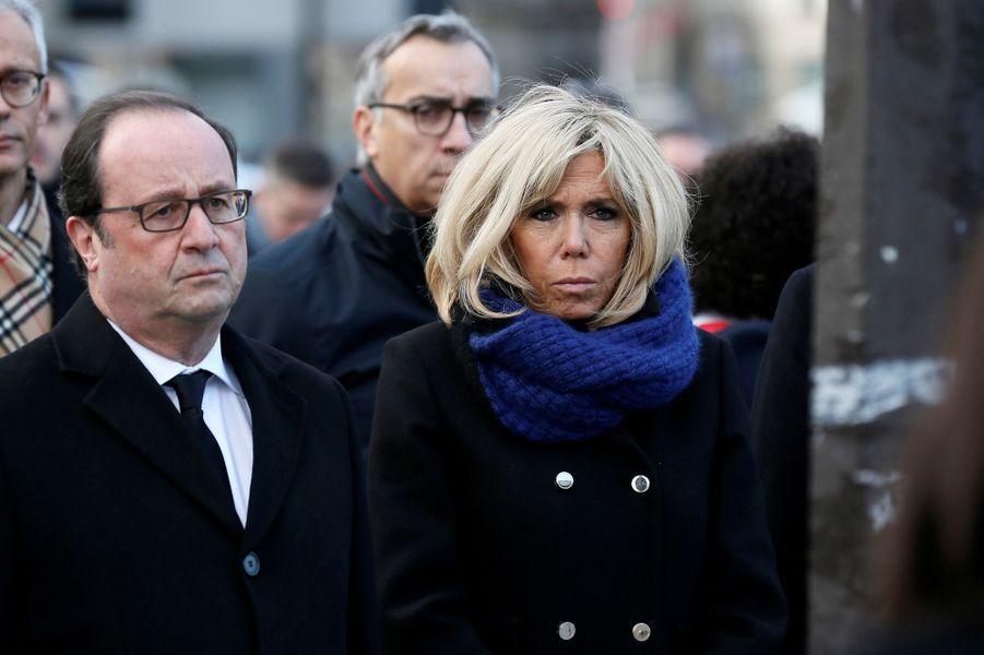 François Hollande et Brigitte Macron lors de la cérémonie devant Le Carillon et Le Petit Cambodge.
