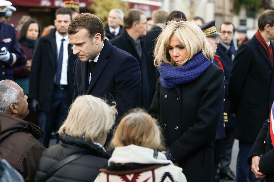 Emmanuel et Brigitte Macron saluant les familles des victimes lors de la cérémonie devant Le Carillon et Le Petit Cambodge.