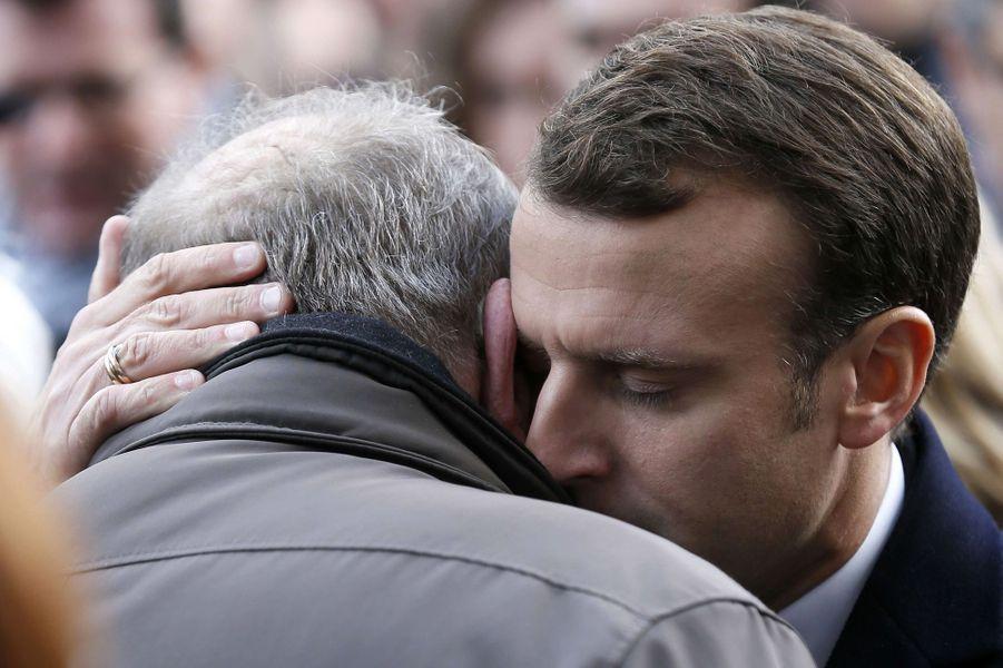 Emmanuel Macron, lors de la cérémonie au Bataclan avec des familles de victimes.