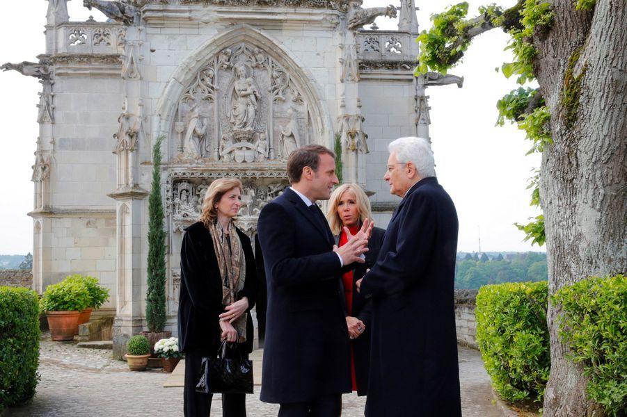 Emmanuel Macron et Sergo Mattarella échangent à l'extérieur de la chapelle Saint-Hubert, où se trouve la tombe de Léonard de Vinci, au château d'Amboise, jeudi.