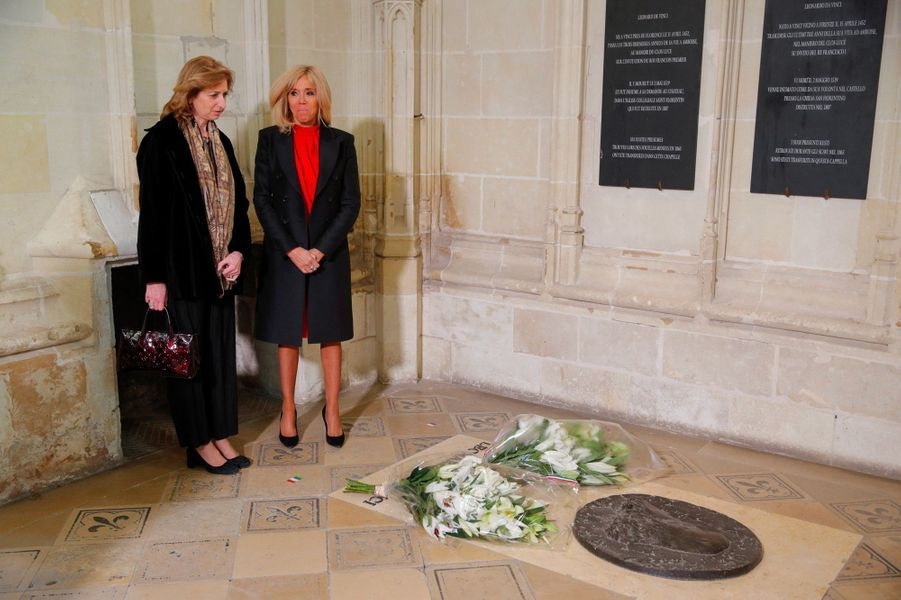 Laura Mattarella et Brigitte Macron devant la tombe de Léonard de Vinci, dans la chapelle Saint-Hubert du château d'Amboise, jeudi.