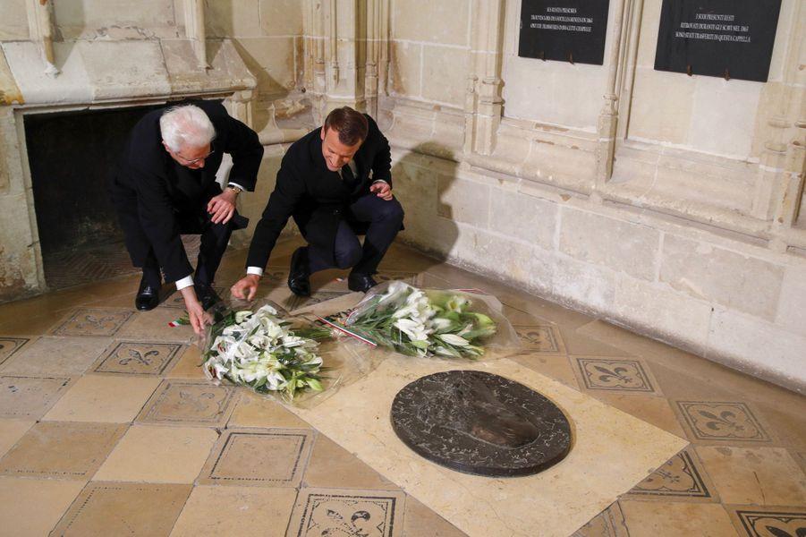 Les deux présidents déposent des gerbes de fleurs sur la tombe de Léonard de Vinci dans la chapelle Saint-Hubert du château d'Amboise.