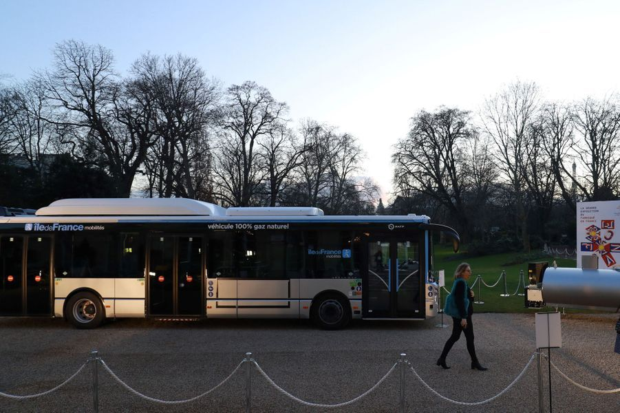 Un bus Urbanway de la RATP exposé à l'extérieur.