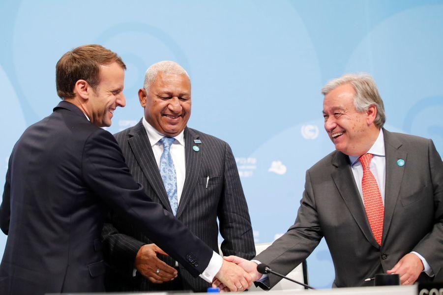 Emmanuel Macron, le Premier ministre fidjienFrank Bainimarama et le secrétaire général des Nations unies Antonio Guterresà Bonn pour la COP23, le 15 novembre 2017.