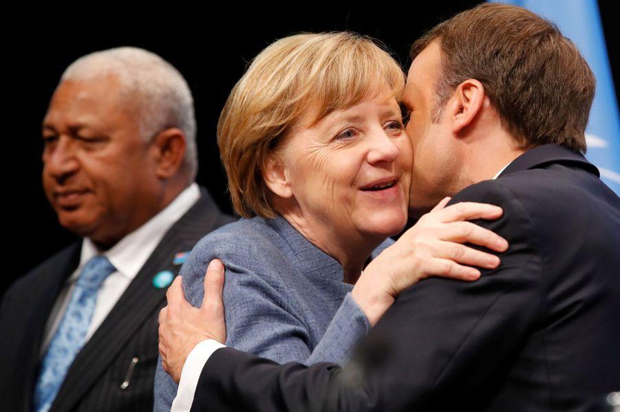 Emmanuel Macron et la chancelière allemandeAngela Merkelau World Convention Center de Bonn pour la COP23, en début d'après-midi le 15 novembre 2017. Ils seront les deux premiers chefs d'Etat et de gouvernement à prendre la parole à cette réunion onusienne.